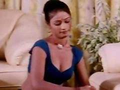 Classic Indian mallu girl clevage show from Kaam Waali movie